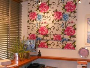 Bijzonde bloemen vouwgordijn van merk Inside, vouwgordijnen tot 4 meter hoog en 10 meter breed zijn mogelijhk bij Protectsun Amsterdam